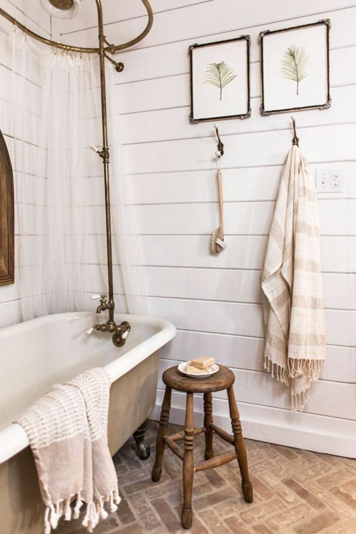 tabouret vintage, baignoire en fonte, salle de bain 5m2, lambris mural planches de bois, sol en briques