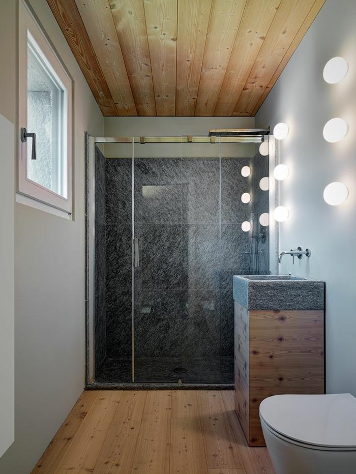 salle de bain italienne bois et gris, vasque colonne en bois, plafond en bois, lampes murales, sol en planches de bois