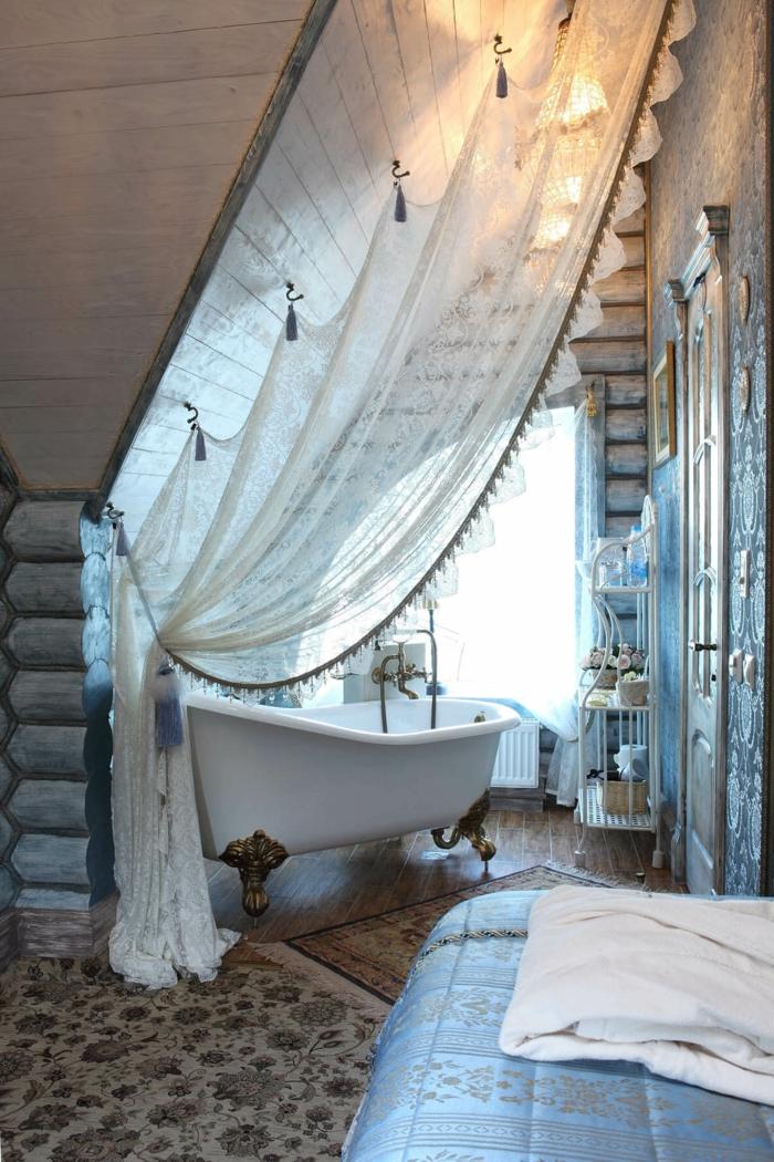 sol en pierre et tapis persan, rideau blanc, baignoire blanche, grande banquette maçonnée, déco d'intérieur style vintage rustique