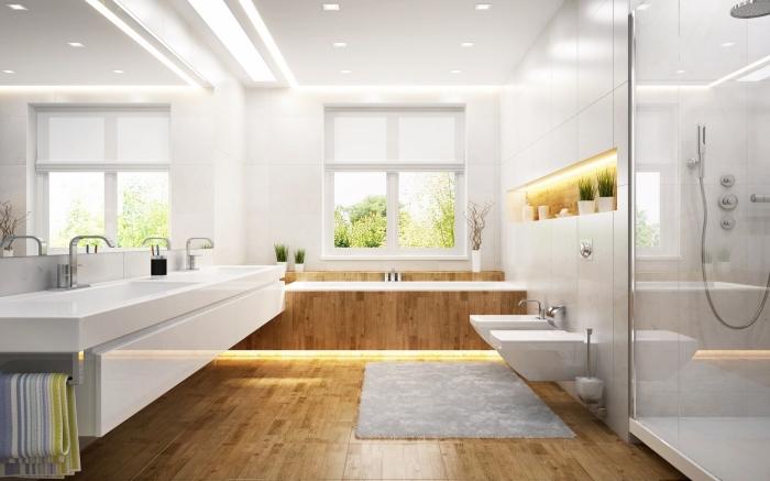aménagement salle de bain spacieuse, modèle de grand miroir pour salle de bain, revêtement de sol imitation bois