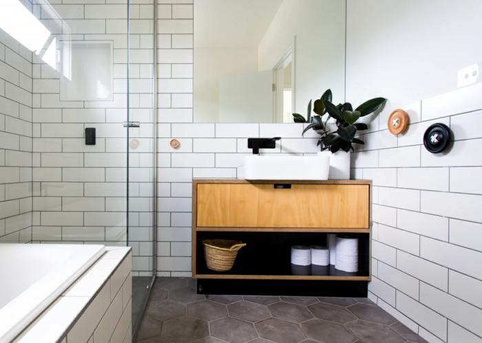salle de bain style italien, meuble recyclé, panier tressé, sol en tomettes, carrelage métro et pot de plante verte