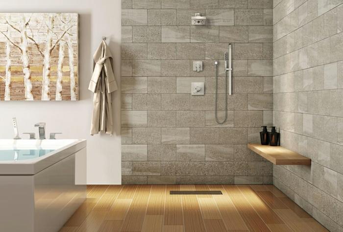 carreaux gris et sol en bois, baignoire forme rectangulaire, grande peinture, douche minimaliste