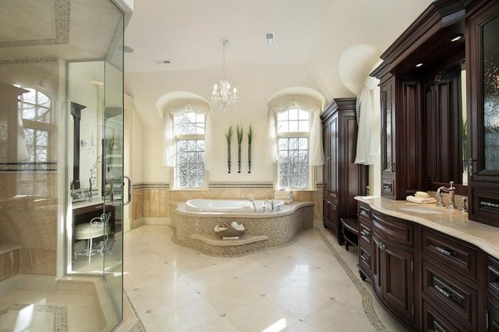 salle de bains en bois et beige, baignoire encastrable, fenêtres arques, déco avec tiges de bambou, grand meuble sous vasque en bois