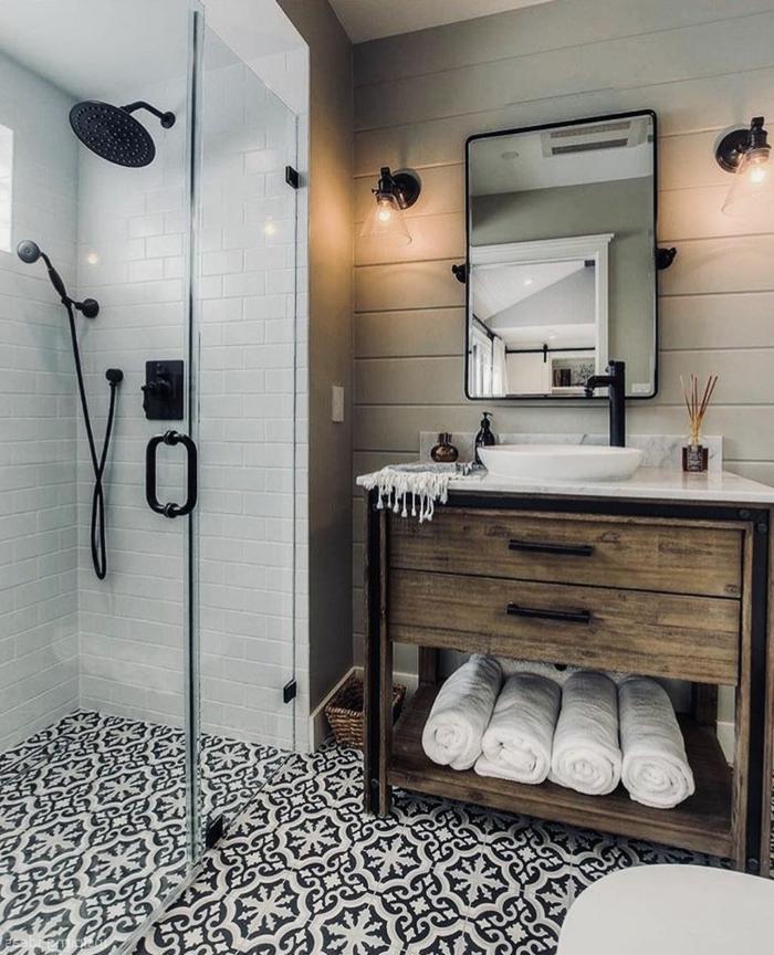 salle de bain bois et blanc, salle de bain avec douche à l'italienne, grande douche noire, carreaux métro, meuble avec deux tiroirs en bois, miroir encadré