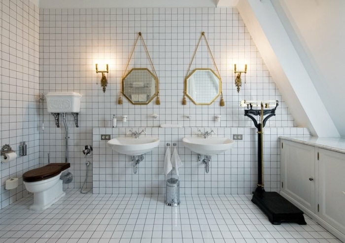 petite salle de bain blanche aux détails noirs, miroirs octogonaux, deux vasques suspendues, pèse-personne vintage noir