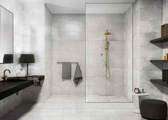 salle de bain luxueuse en noir et blanc, meuble sous vasque noir, étagères élégantes noires, carrelage gris clair, douche dorée