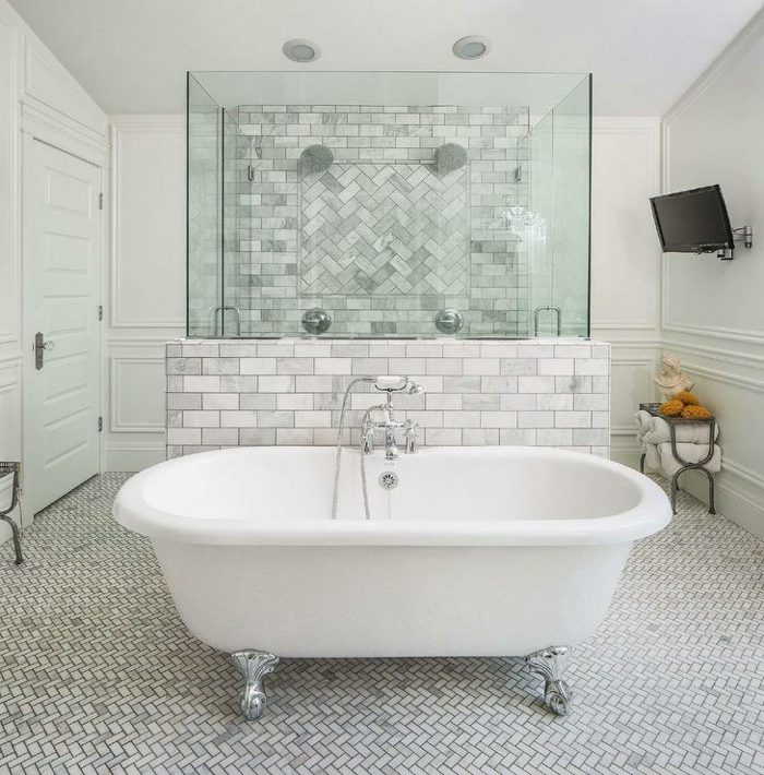baignoire blanche pattes de lion, petites tuiles, douches pour deux personnes, tv murale, mur et paroi, carreaux diagonaux