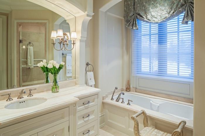 salle de bain 5m2, grand miroir au-dessus de vasque élégante couleur crème, rideau vert shabby, tabouret aux formes courbées