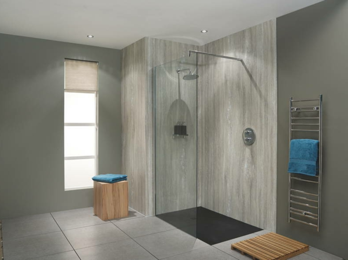 intérieur de salle de bain spa très simple, tabouret de bois brut, receveur de douche plat, échelle murale métallique, grands carreaux gris au sol