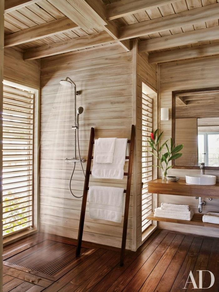 salle de bain en bois, échelle rangement de serviettes, sol en bois, plan vasque en bois, vasque blanche