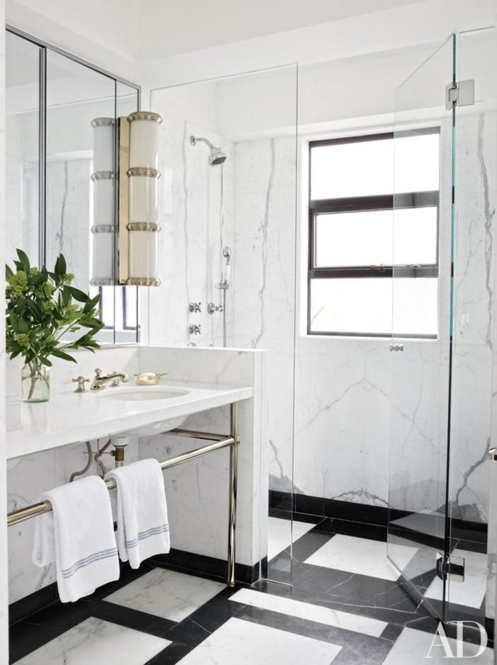 petite salle de bain blanche, carreaux en blanc et noir, salle de bain de luxe marbrée, bouquet de feuilles vertes