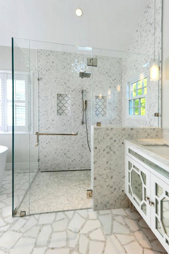 salle de bain blanche, plafond blanc, murs blancs tachés de gris, meuble avec miroirs aux portes, deux niches murales