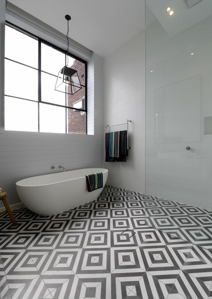 salle de bain en gris et blanc, baignoire autoportante, grande fenêtre atelier, tabouret en bois