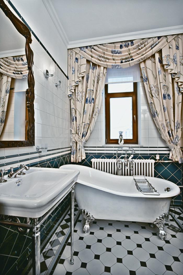 carrelage damier, lavabo vintage chic, grand miroir encadré, rideaux shabby, carrelage mural blanc, baignoire blanche pieds en chrome