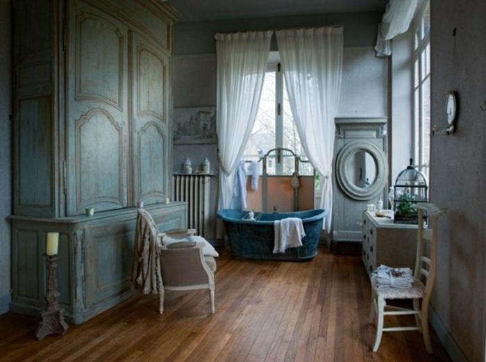 déco salle de bain shabby, chaises rétro blanches, sol en bois, miroir ovale, rideau blanc, grande armoire turquoise