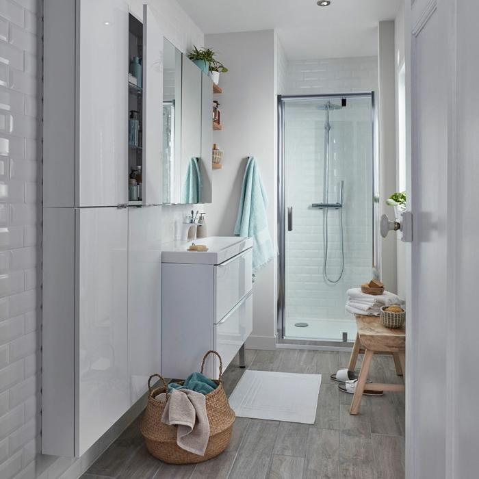 aménagement de petite salle de bain, panier rustique, armoire de toilette intégrée, banquette bois brut