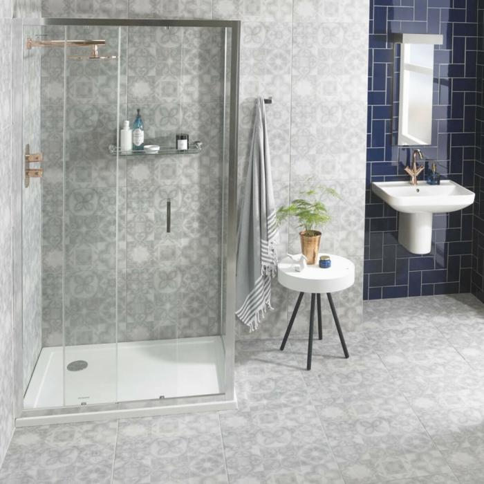 cabine de douche avec un receveur plat, douche couleur cuivrée, vasque vintage blanche, carreaux métro bleus, carrelage motifs carreaux de ciment