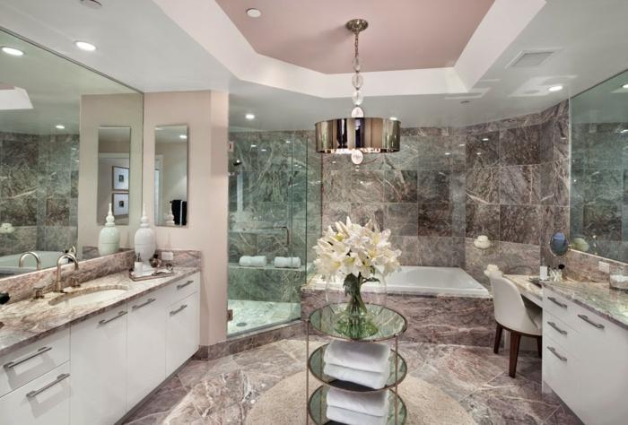 salle de bains splendide, plafond rose, vase avec lys blancs, coiffeuse élégante, deux grands miroirs, plans vaques marbre