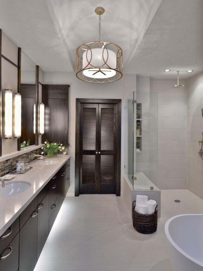 salle de bain blanche, panier naturel, plan vasque blanc, grandes appliques murales, vase avec fleurs