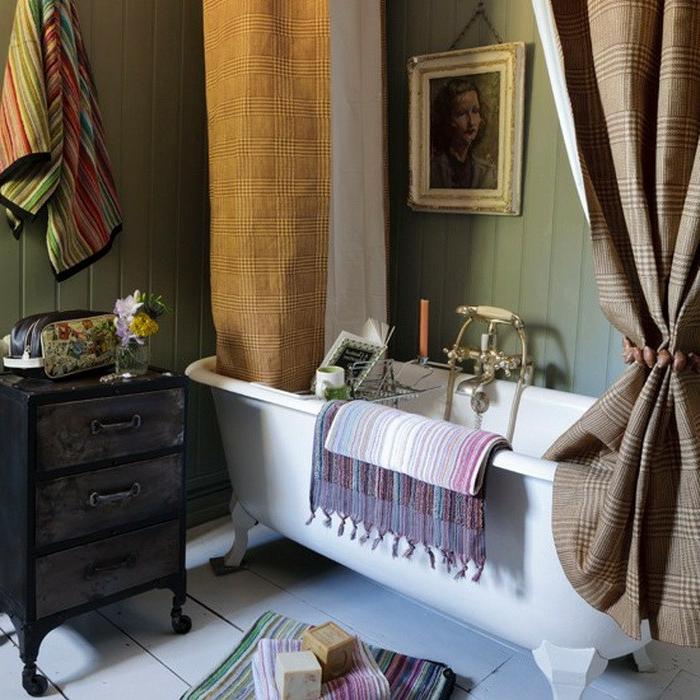 rideaux à carreaux beiges, baignoire autoportante, meuble en bois vintage avec trois tiroirs, portrait encadré