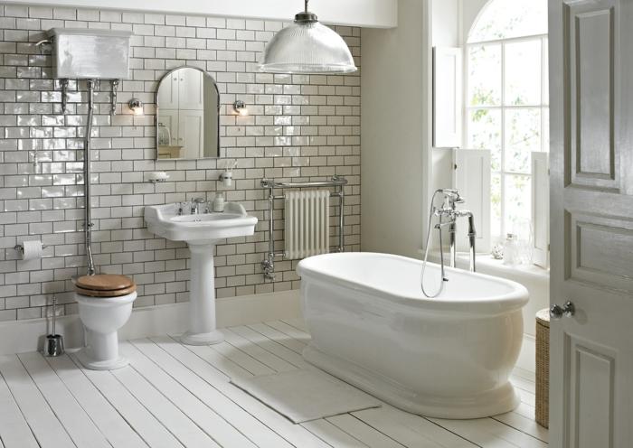 carreaux métro, planches blanches au sol, lampe usine, robinet de baignoire ancien, grande fenêtre