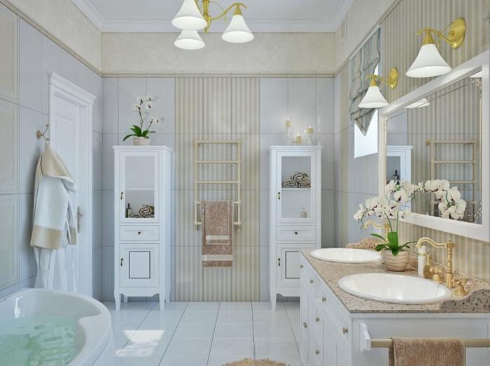 grande salle de bain blanche, lampes blanches, lavabo élégant, meuble blanc aux tiroirs, grand miroir encadré, colonnes de rangement