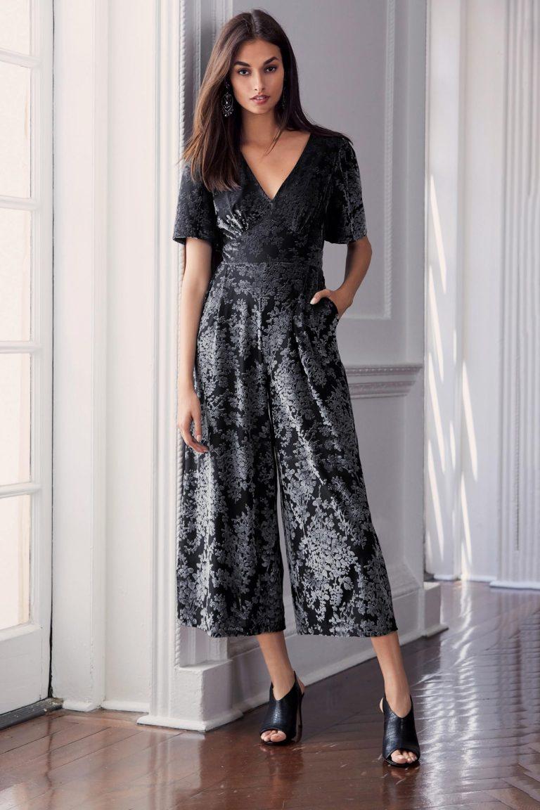 Salopette femme noel, tenue chic femme pour les fetes, inspiration tenue noel original