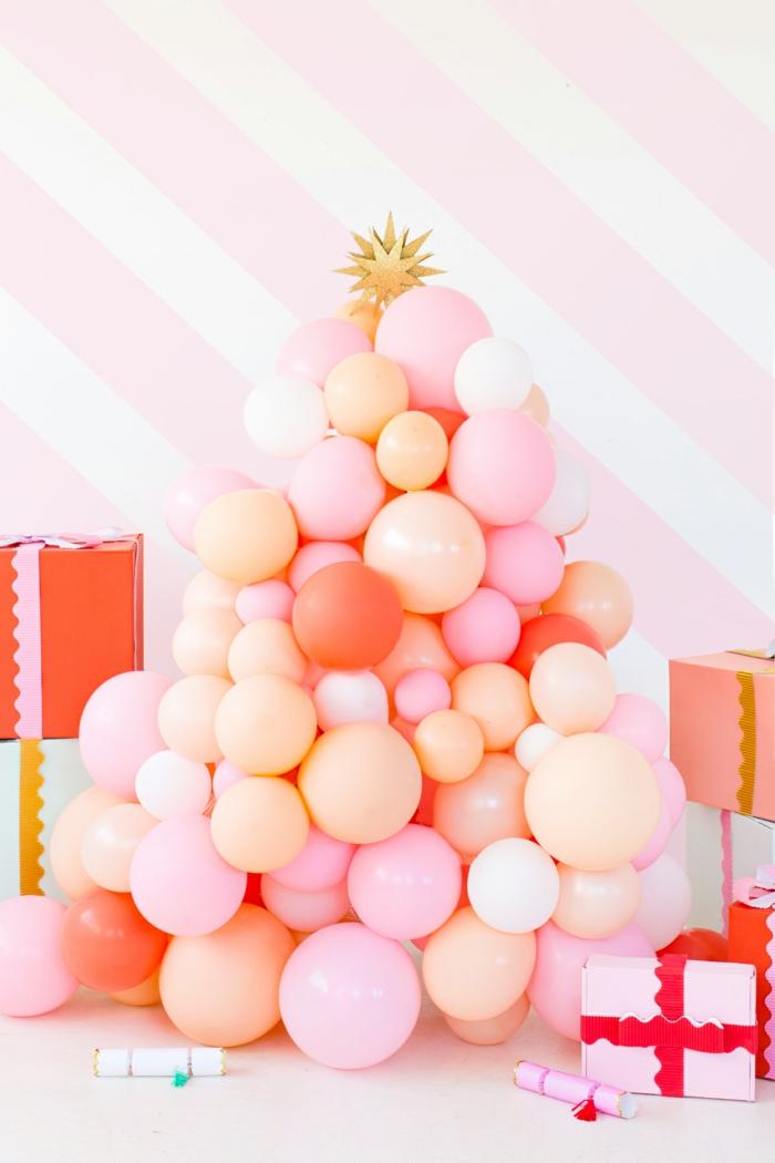 déco de ballons sapin de noel en ballons roses et oranges fabriqué à partir de treillis de jardin et ballons ronds