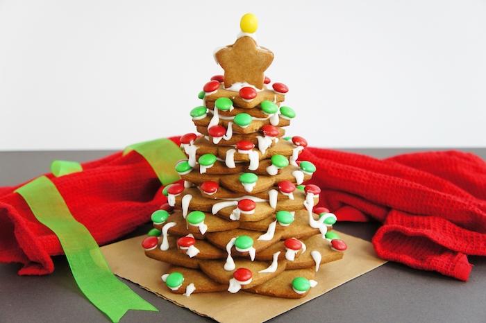 decoration sapin de noel gourmand en sablés gingembre de noel avec deco glaçage blanc et bonbons mm