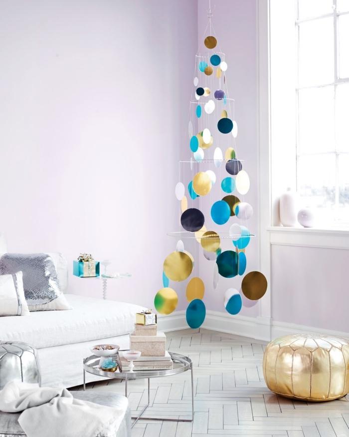 sapin de noël originale suspendu au mur, réalisé à partir de plusieurs cercles décorés de papier métallisé