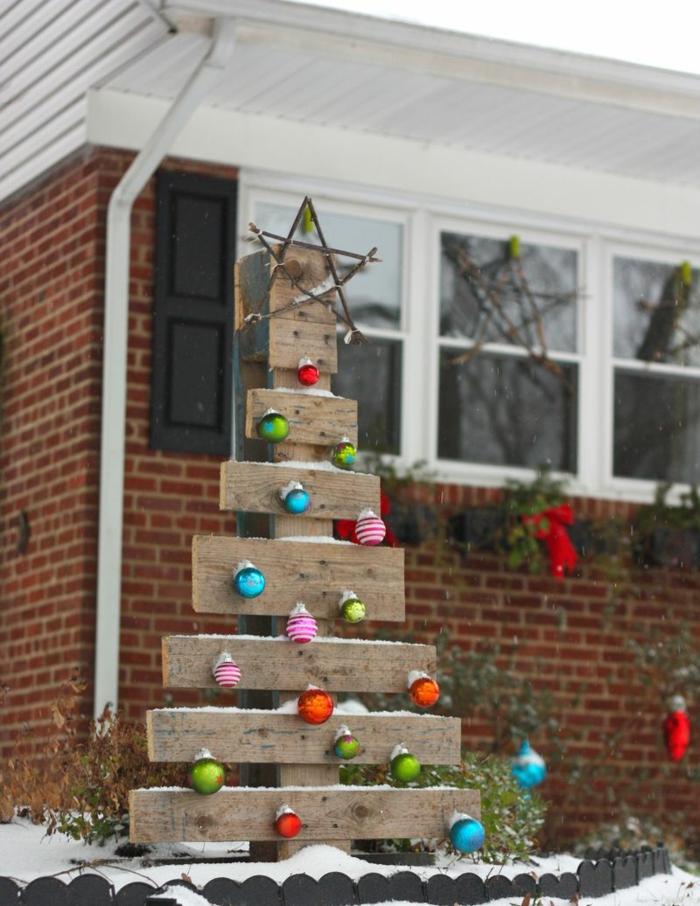 déco à faire soi-même à mettre dans son jardin, sapin en bois, étoile, boules de noel suspendues et étoile en bâtons