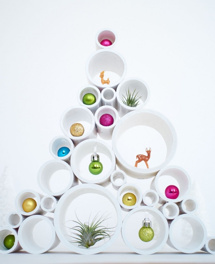 sapin décoratif pas comme les autres fabriqué à partir des tubes pvc récup à l'intérieur desquels sont posés des boules de noël colorées, decoration de noel fait main avec des matériaux récyclés