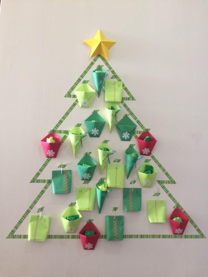 sapin de noel mural en washi tape avec des paquets cadeaux papier rouge et vert et étoile jaune, calendrier de l avent a faire soi meme