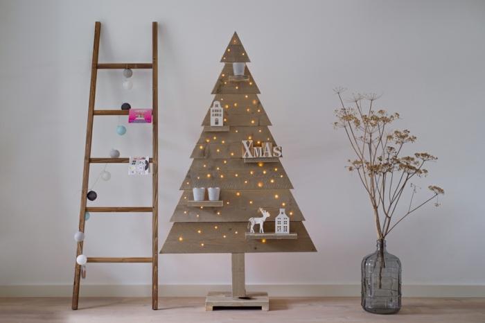 grand vase en verre, fleurs sèches, arbre de noel éclairé de petites lampes de noel, déco de noel style scandinave, échelle avec guirlande pompons