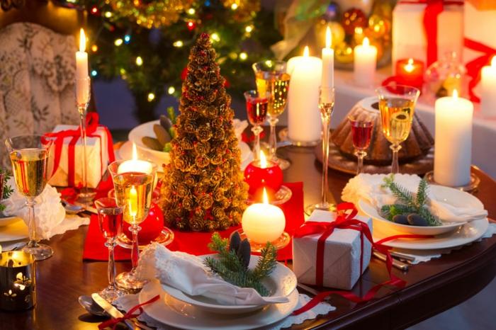 sapin de noel d coratif deco de table noel assiettes blanches cadeaux avec rubans rouges assiettes rang es bougies blanches allum es