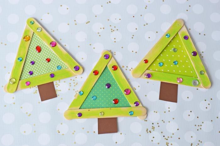 sapin de noel en batonnets de glace et papier avec des strass décoratifs, bricolage facile et rapide pour tout petit de noel