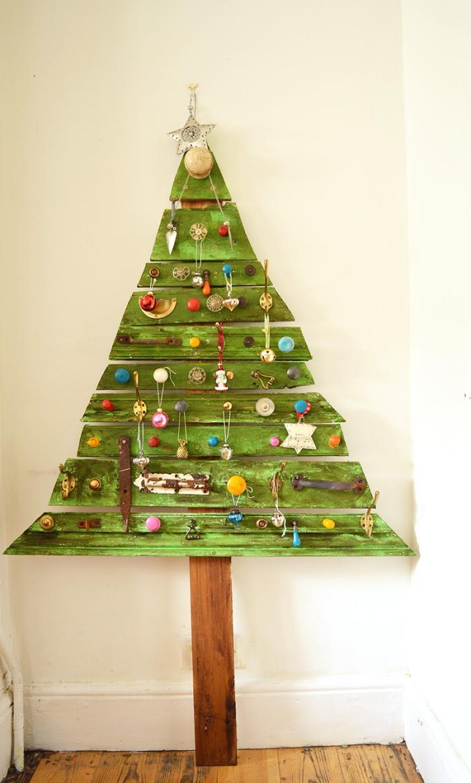 sapin de noel en bois fait à partir d'une palette recyclée et peint en vert avec une décoration originale de petits ornements