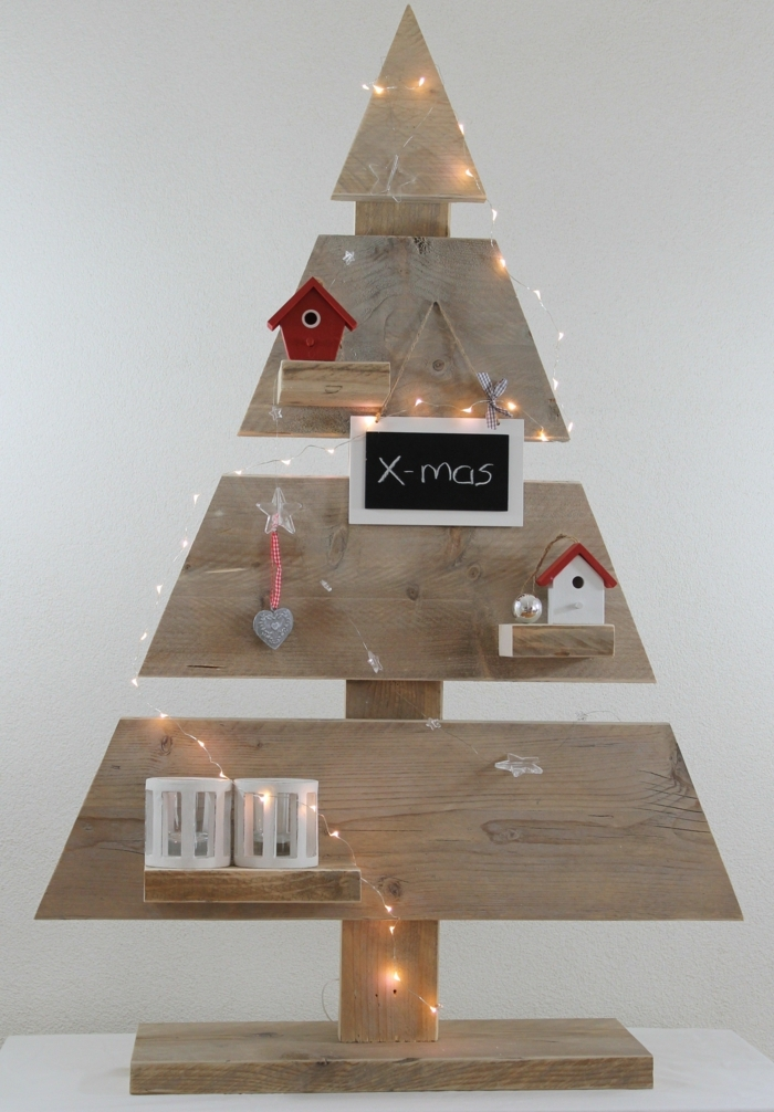 sapin en bois original à faire soi-même, guirlande de lumières, maisonnettes, enseigne avec un script, arbre de noel à faire soi-même, bougeoirs