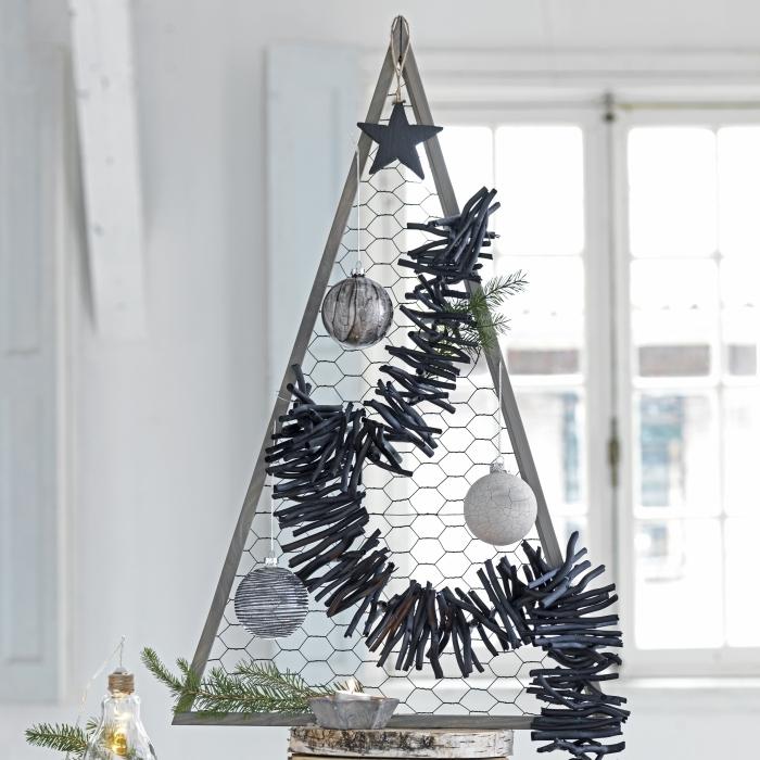 un arbre de noël décoratif de style rustique réalisé avec trois tasseaux de bois et du grillage à poule, idée originale de sapin en bois a faire soi meme