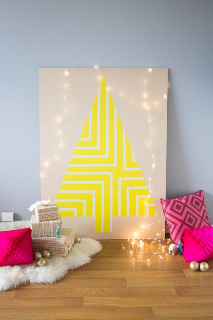 joli cadre déco posé au sol à motif arbre de noël en papier imprimé jaune fluo, orné de guirlande lumineuse scintillante