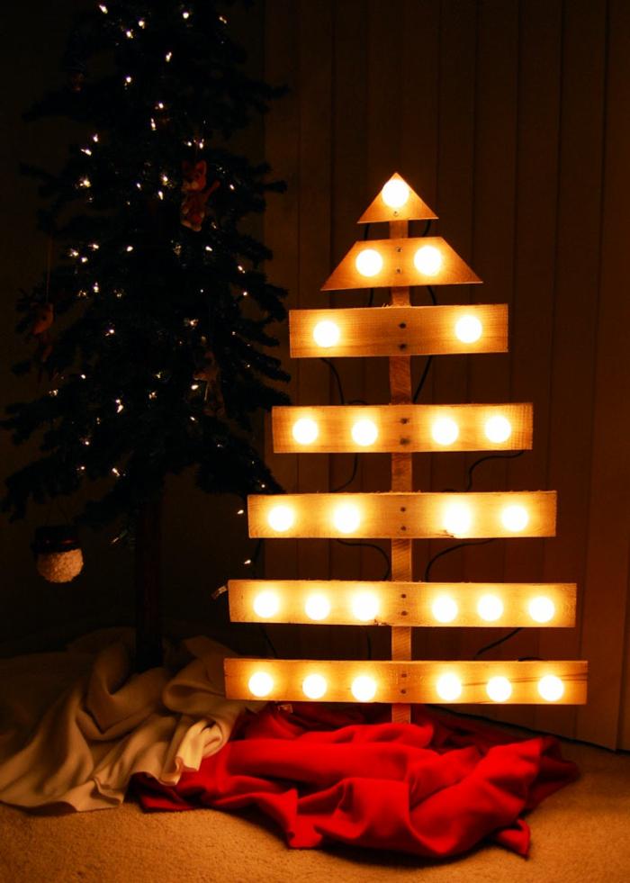 sapin en planches illuminé avec ampoules, plaid rouge, sapin de noel original a faire soi meme