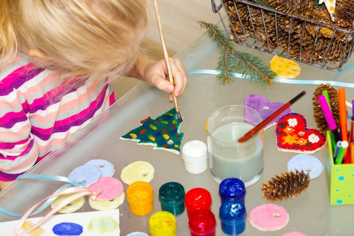 decoration de noel en pate fimo, sapin de noel fimo avec dessin boules de noel en peinture colorée