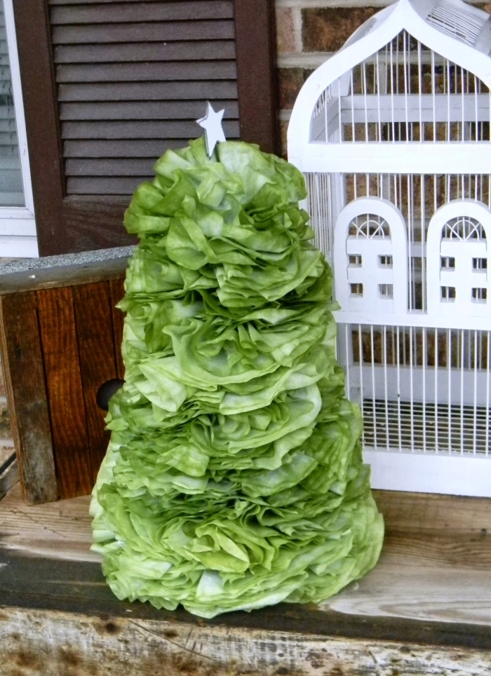 petit sapin décoratif réalisé à partir de filtres à café peints en vert, arbre de noël fait-main avec des matériaux recyclés