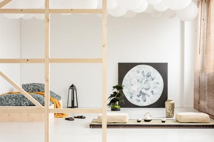 déco minimaliste dans une chambre à coucher scandinave aux murs blancs aménagée avec meubles en bois clair