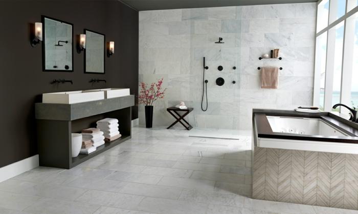 douche ouverte, mur en bois foncé et carreaux gris clair, tabouret pliant, fenêtre du sol au plafond