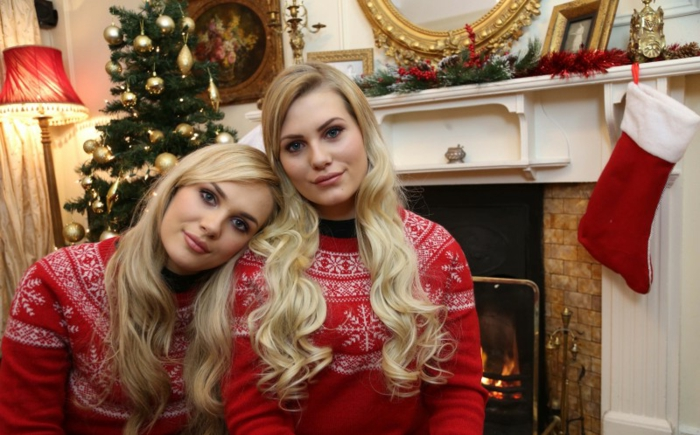 Tenue de fête idée, femme pull noel, soeurs tenues décontractés pour la fête de noël, femme blonde photo