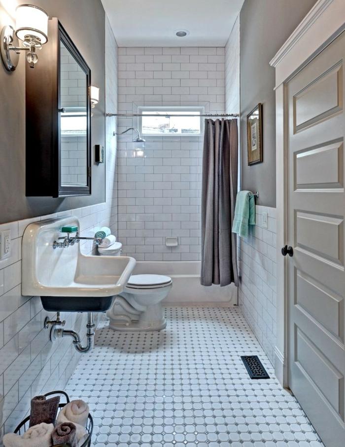 carrelage mural blanc, lavabo en noir et blanc, carreaux esprit vintage, rideau beige, unité de rangement avec miroir suspendu