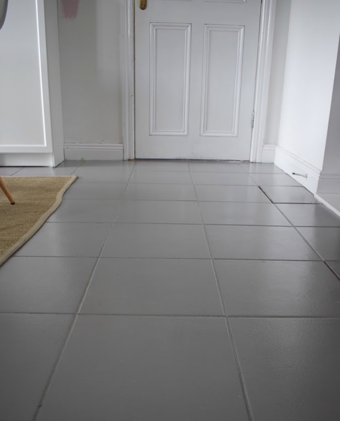 comment recouvrir sol intérieur maison avec peinture pour carrelage gris comme rénovation diy