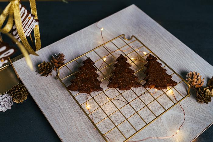 sortir les sablés de noel du four et décorer, recette biscuit sablé au pain d épice maison