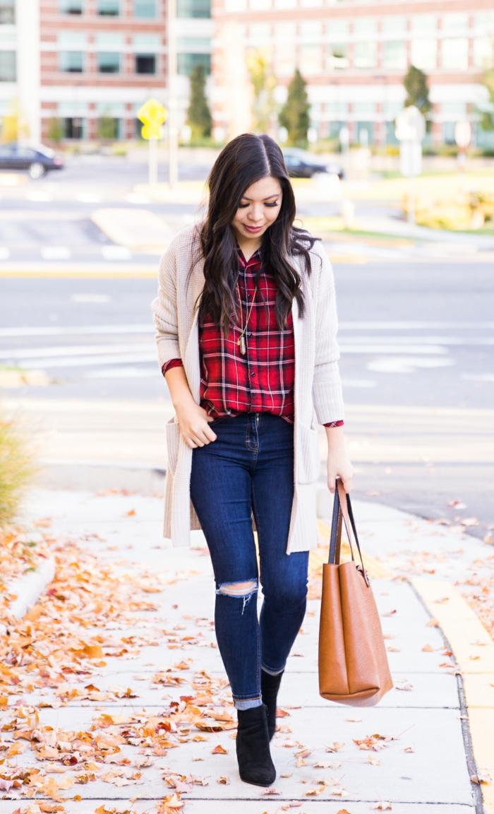 Comment s'habiller pour les fetes de fin d année, tenue décontractée chic femme qui porte jean et chemise à carré